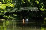 Kajakpaddlare under Monets bro