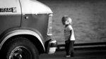 Stor bil, litet barn.