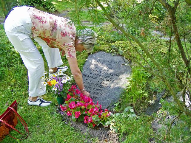 P7100157 Lena ser till sina föräldrars grav på Ruds kyrkogård i Karlstad