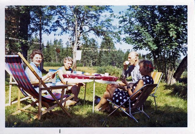 Eftermiddagskaffe på Drabo sommaren1971 028