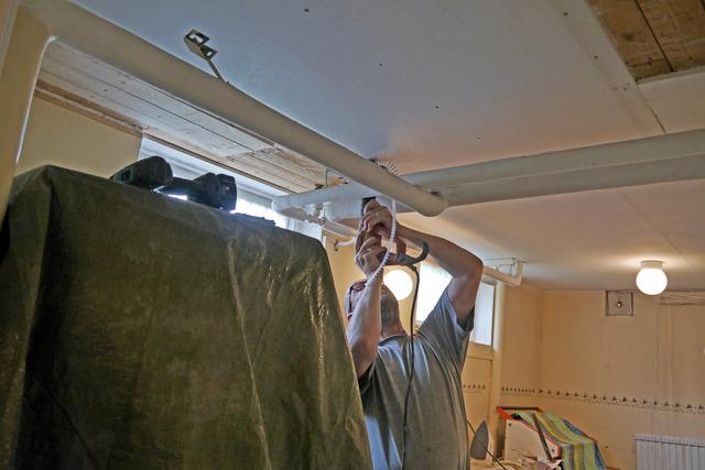 Peter sätter upp nya gipsskivor i tvättstugetaket P1030473
