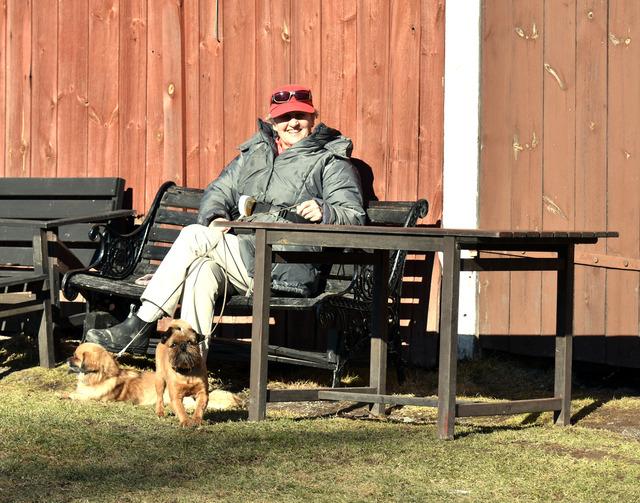 DSC_1187 Margaret Nelly och Dennis solar sig vid husväggen på Tysslingen