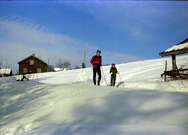 061Heléne och Pappa åker skidor på Drabo 1976