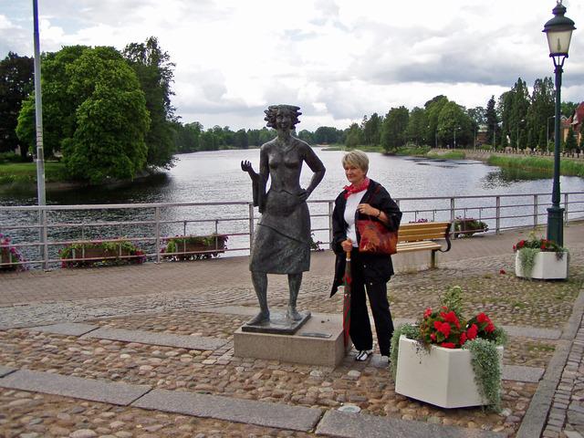 Här står Lena bredvid Sola i Karlstad