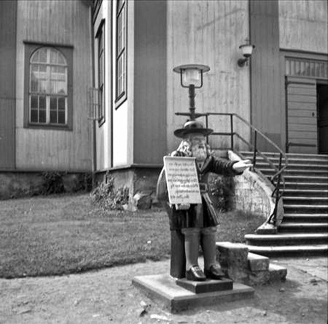 Rosenbom utanför Amiralitetskyrkan i Karlskrona 1953