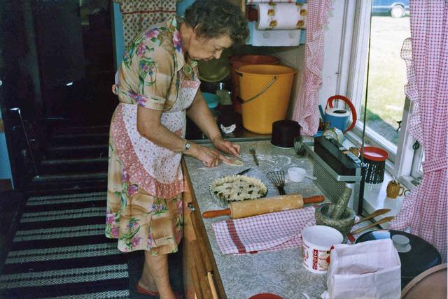 Mamma bakar en paj på  Drabo sommaren1982038
