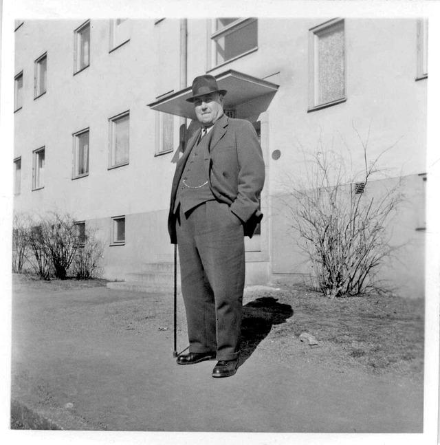Min Morfar på besök i Hammarbyhöjden 1955