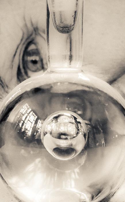 Tittar djupt i glaset