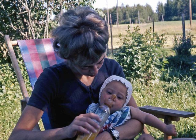 Lisbet och Heléne på Drabo sommaren1971 029