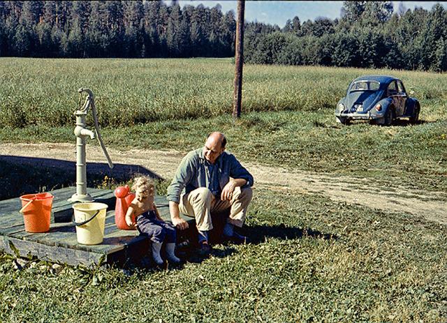 034Heléne och Morfar på Drabo 1973