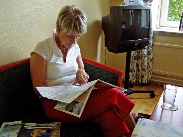 Lena studerar brochyrer om Karlstad