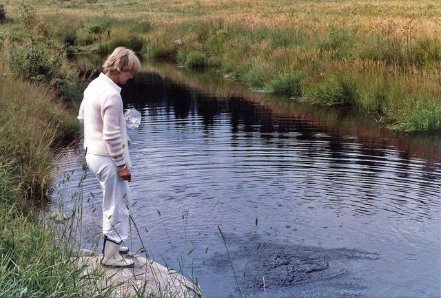 Lena matar fiskarna på Drabo sommaren1982 036