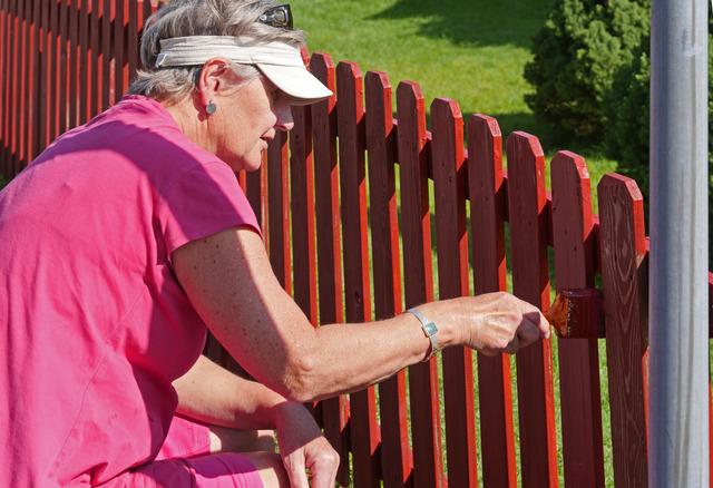 Margaret målar staket