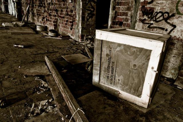 Fejkad, rysk låda i övergiven fabrik