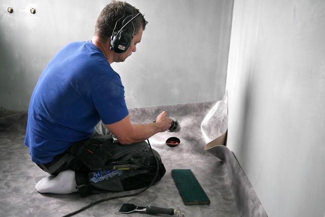 Patrik golvläggare lägger in den nya våtrumsmattan P1030452