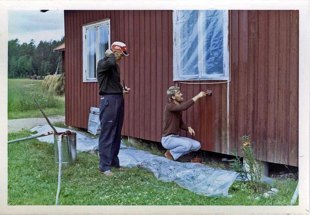 Pappa och jag målar huset på Drabo sommaren1982035