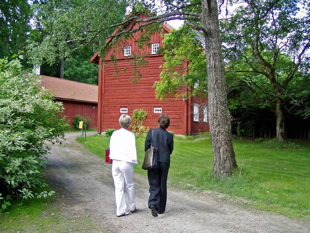 Här går kusinerna (Black and Withe) Lena och Inga-Lill på Apertins Herrgård