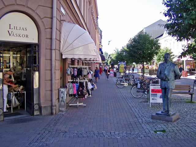 P7100156 Lena och Gustav Fröding på shopinggatan i Karlstad