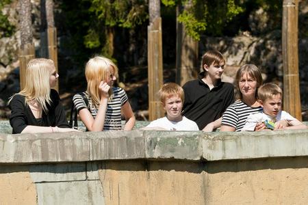 Familjen på ett soligt Kolmården