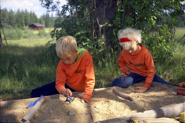 097 Peter och Susanne i sandlådan på Drabo 1971