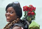 Kvinna med rosor i bagaget