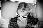 Vän i vita solglasögon