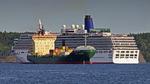 Lastfartyget Sandy Rickmers och kryssningsfartyget Aracdia möts i Stockholm