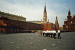 En grupp unga pionjärer marscherar över Röda Torget
