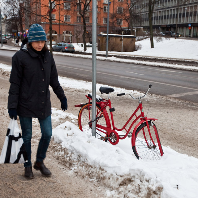 Kvinna och röd cykel