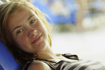 Blek tjej i stark sol