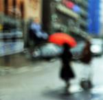 Damen med det röda paraplyet