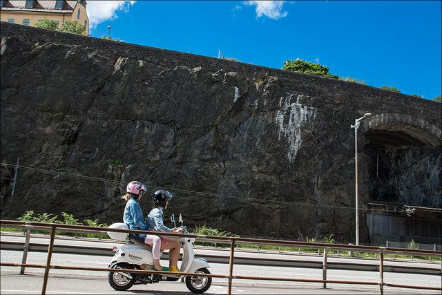 Två på en scooter