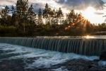 Litet vattenfall i solnedgång