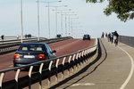 Trafiken rullar ständigt på bron