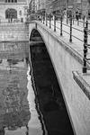 Bro över mörkt vatten
