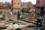 Garverierna i Marrakesh - vy mot söder och garveriets entré vid arbetsdagens slut