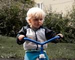 Simon på sin trehjuling