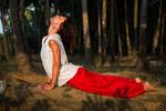 Kvinna i yogaställningarna i Indien