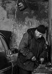 Man i garage