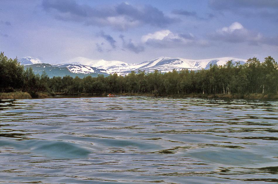 Med-båt-på-Kamajokk-Sarek-i-bakgrunden-1987