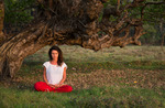Kvinna mediterar i Indien