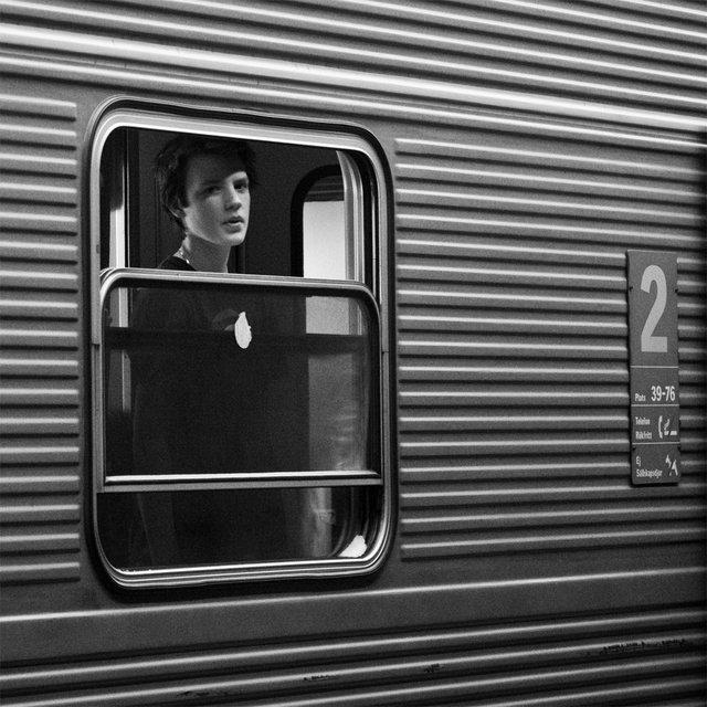 Ung man i tågfönster