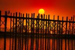 U-Bein Bridge, Mandalay, Myanmar. Världens längsta träbro.