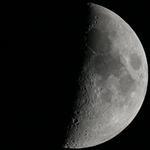 Månen är tyst och ödslig
