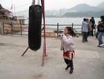 Liten tjej tränar boxning