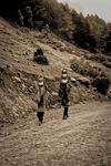 Två nomadkvinnor bär hem vatten till lägret