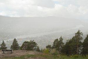 SNOO1941_Utsikt från Spiralen över Drammen_en snöby drar förbi_800fs.jpg